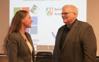 Regionalmanagerin Anne-Kathrin Hoß im Gespräch mit dem Regierungspräsidenten Hans-Josef Vogel